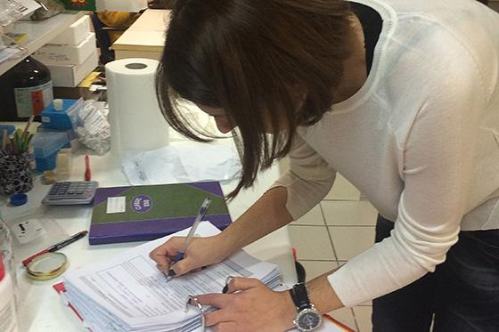 Übergabe der Probe an Sofia Loupasaki vom MaiCh-Institut in Chaania, Kreta