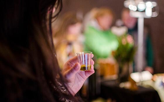 Foodbloggerin BACKINA aka Ina Medick bei der Verkostung unseres MINOAS Olivenöls