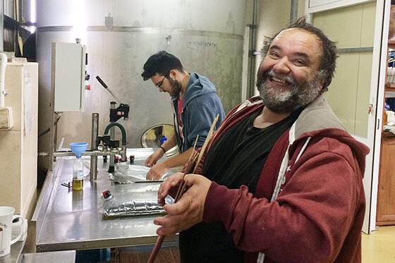 xxx und xxx beim Abfüllen der Olivenöl-Beutel für unsere 5 Liter Minoas BiB_Systeme